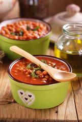 zuppa di lenticchie nelle ciotole di terracotta