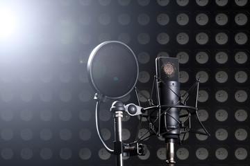 Studio Mikrofon mit Lautsprecher Wand Hintergrund