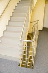 Bürogebäude-Treppenhaus, Treppe mit Edelstahlgeländer