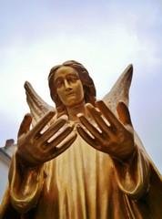 Goldener Engel bittet um Hilfe