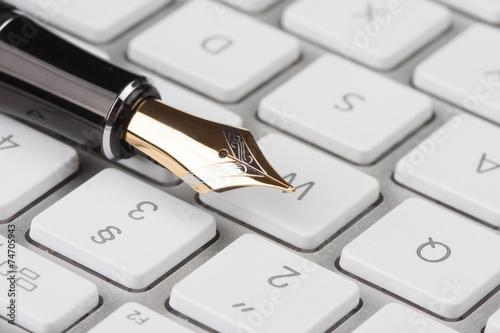 canvas print picture alter Füllfederhalter liegt auf einer Computertastatur