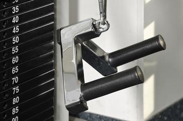 Bank Zugmaschine in Fitnessstudio mit Parallelgriff