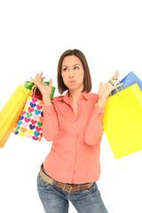 Frau mit schweren Einkaufstüten in der Hand