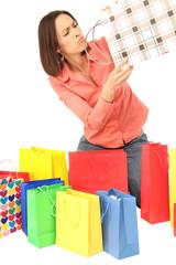 Frau schaut skeptisch in ihre Einkaufstüte
