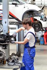 car repair shop // Motorreparatur durch Mechaniker in Werkstatt