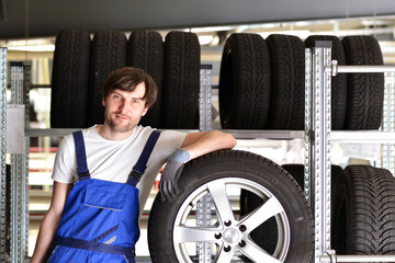 KFZ Mechaniker im Reifenhandel