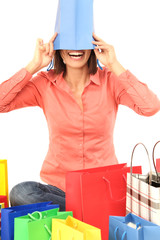 Frau mit einer Einkaufstüte über ihrem Kopf