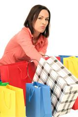 Frau greift in ihre Einkaufstüte