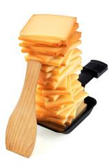 Morceaux de fromage à raclette dans une coupelle