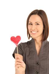 Frau hält ein Herz in der Hand