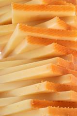 Gros plan sur une pile de fromage à raclette