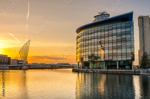 Tuinposter Bruggen Sunset over Salford Quays, Manchester