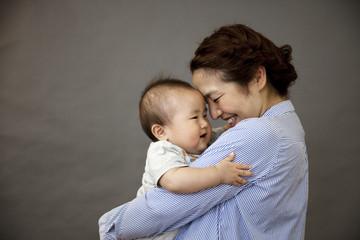 赤ちゃんを抱きしめる母親