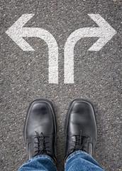 Zwei Richtungspfeile auf dem Boden