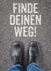 Text auf Boden - Finde deinen Weg