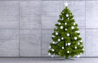 Weihnachtsbaum vor Betonwand