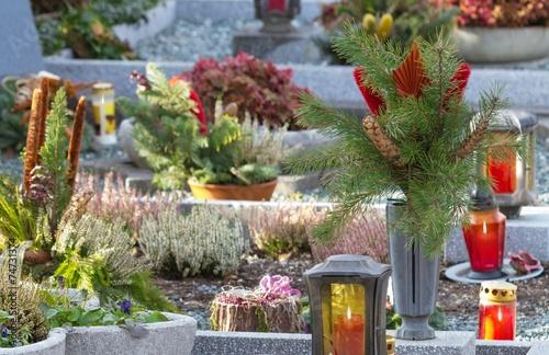 Stimmige Friedhofsszene - 74731374