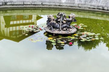 Bassin avec statue anges