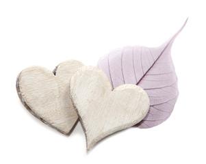 deux coeurs en bois et feuille romantique