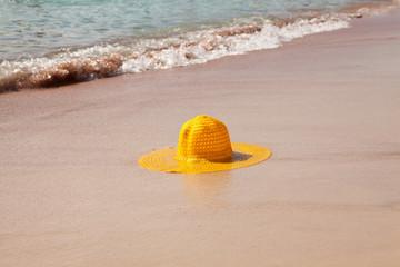 Желтая шляпа на берегу моря