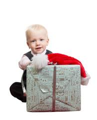 kleiner junge mit weihnachtsgeschenk