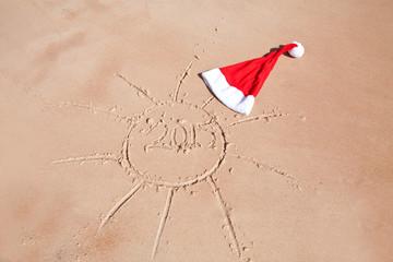 Новогодняя шапка на морском песку. новый год 2015