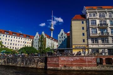 Fernsehturm ragt über Wohnhäuser in Berlin