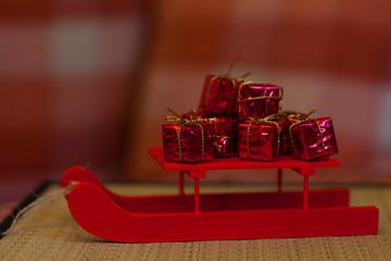 Weihnachten - Roter Weihnschtsschlitten mit Geschenken