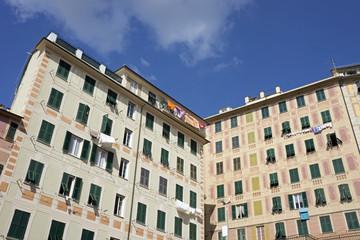 Fassade eines traditionellen Wohngebäudes in Camogli, Ligurien,