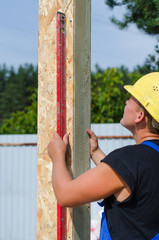 Builder ensuring that a beam is vertical