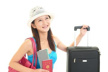 スーツケースを持つ笑顔の女性