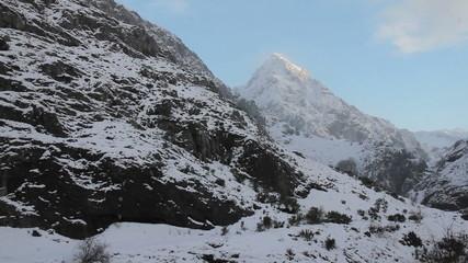 Nevando en paisaje montañoso