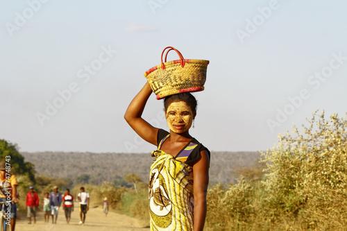 obraz PCV Portret kobiety z Madagaskaru maski na tradytional twarzy, Ma