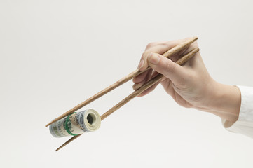 Women are grabbing the $ 100 wad with chopsticks