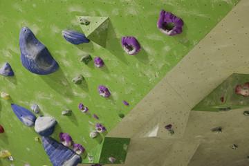 Kletterwand mit Klettergriffen beim bouldern