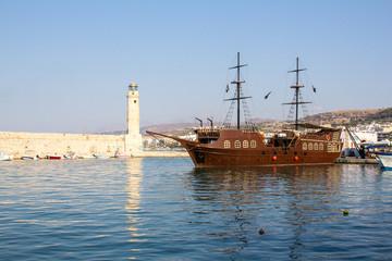Корабль и маяк