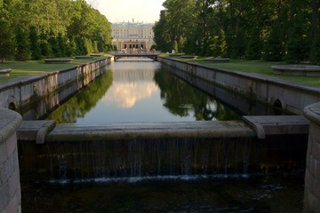вид на Большой дворец в Петергофе