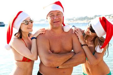 Молодая компания в Санта шляпы. новый год