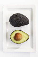 Hass-Avocado (Persea americana) auf Teller