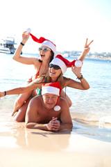 Веселая компания на пляже. Новый год