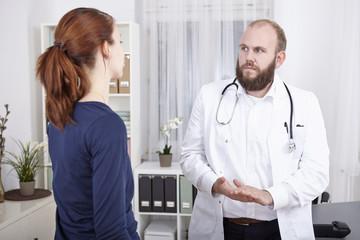 Patientin in der Sprechstunde beim Arzt