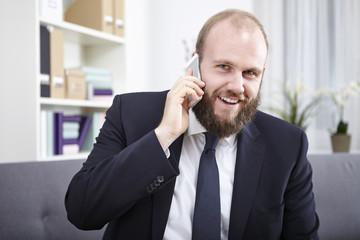 Geschäftsmann telefoniert mit seinem Smartphone