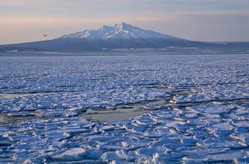 流氷と斜里岳