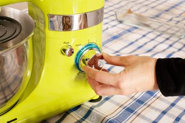 Schalter an Küchenmaschine bedienen