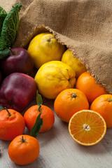 Insieme di frutta invernale su un tavolo