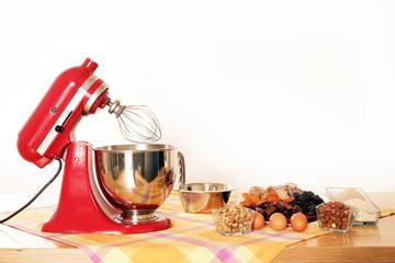 Küchenmaschine und Backzutaten