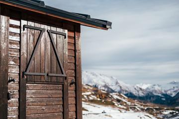 caseta de madera en el monte