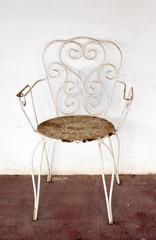 Vieja silla de jardín abandonada, vintage