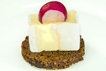 Pumpernickel mit Camembert
