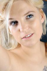 Hübsche blonde Frau schaut nach oben
